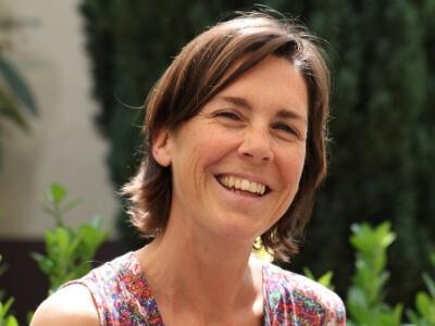 Portrait Steffi - Lachende Frau im Sommerkleid